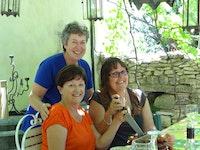 Lesley & Robyn cutting cake